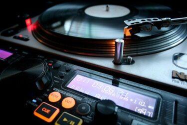 モーリー・ロバートソンの生い立ち学歴、経歴は?DJ活動やバンド名も!